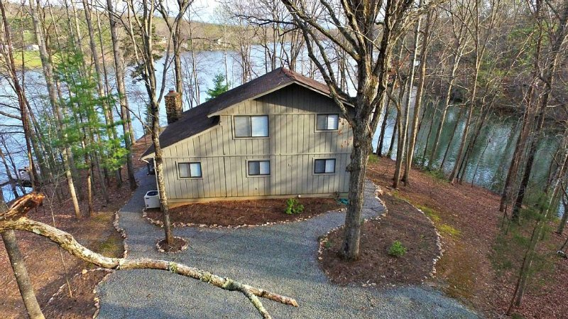 Rustic Cottage On Gently Sloping Point Lot With 500 Feet Of Private Waterfront, holiday rental in Moneta