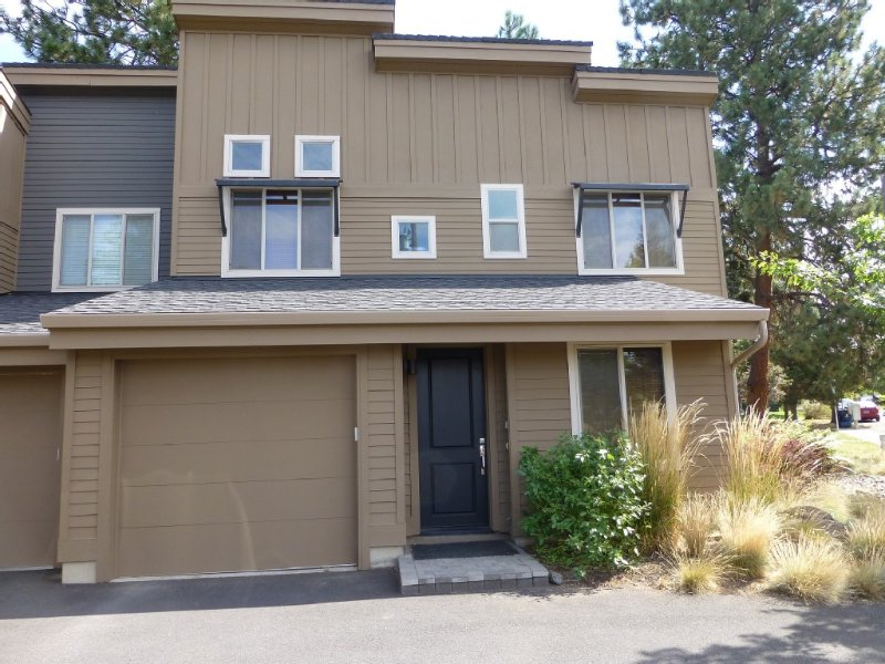 Spectacular Luxury Old Mill District Townhouse Walking Distance To River Walk, holiday rental in Bend