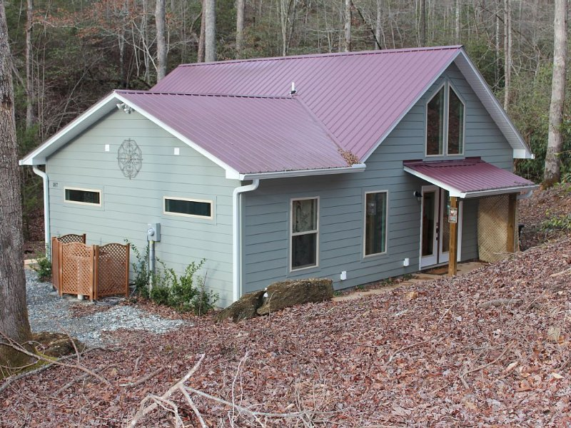 Charming Quiet New Creekside Home With Covered Porch & Hot Tub Near New Casino, Ferienwohnung in Andrews