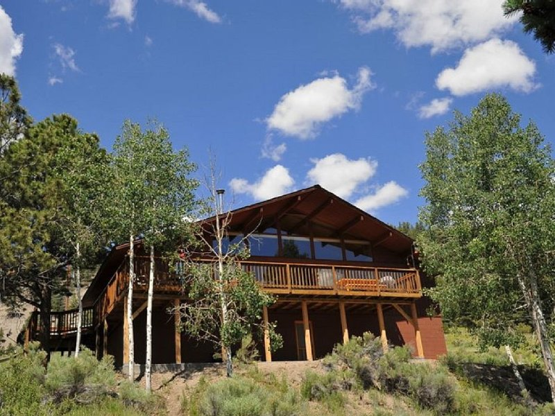 Magnificent Mountain View Cabin-Remodeled Bathrooms, Walk-In Showers, casa vacanza a Lake City