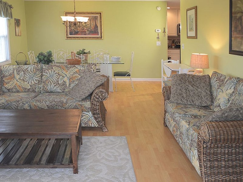 Upscale 5Bed/5Bath /Pool/Sleeps14- Oct/Nov Specials  Rent 3 nights 4th free, vacation rental in Ocean Isle Beach