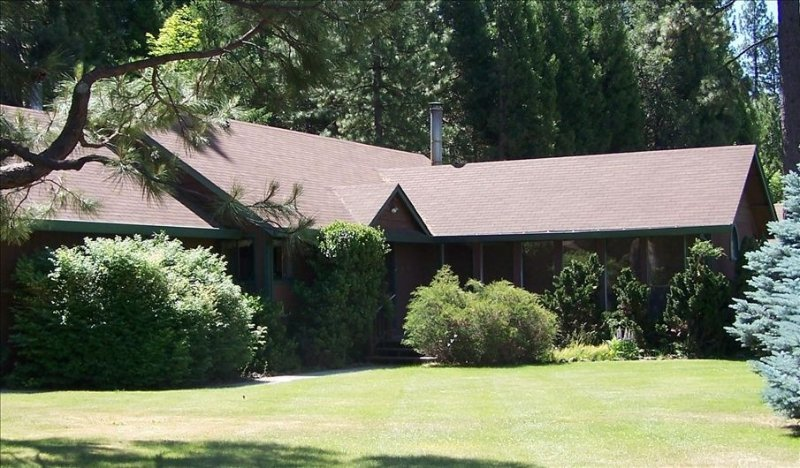 Turning Creek- Squaw Creek Runs Through Property -Over 2 Acres, vacation rental in McCloud