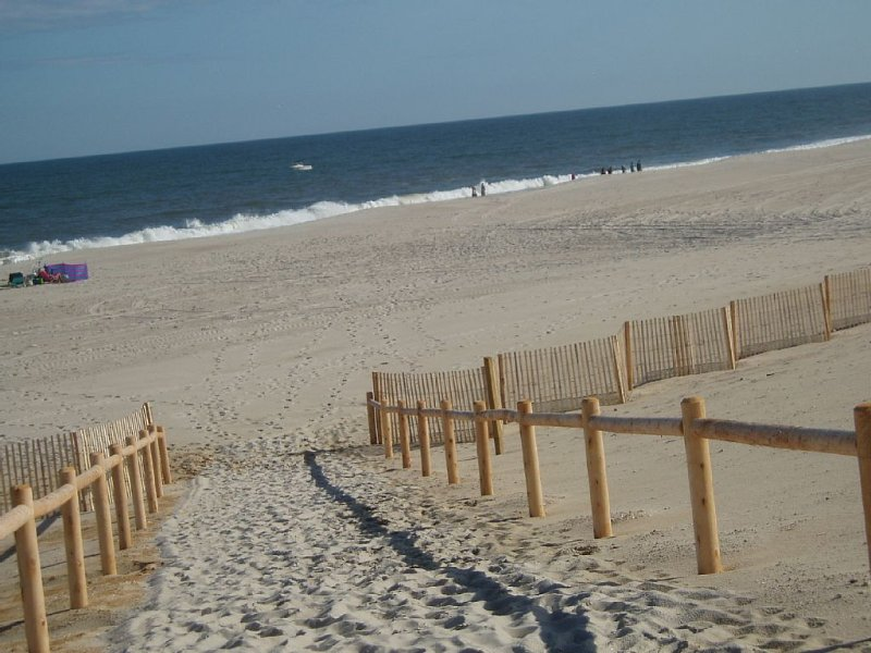 Oceanside: Perfect Family Rental; 84 steps from sand, 4th house from beach., vacation rental in Harvey Cedars