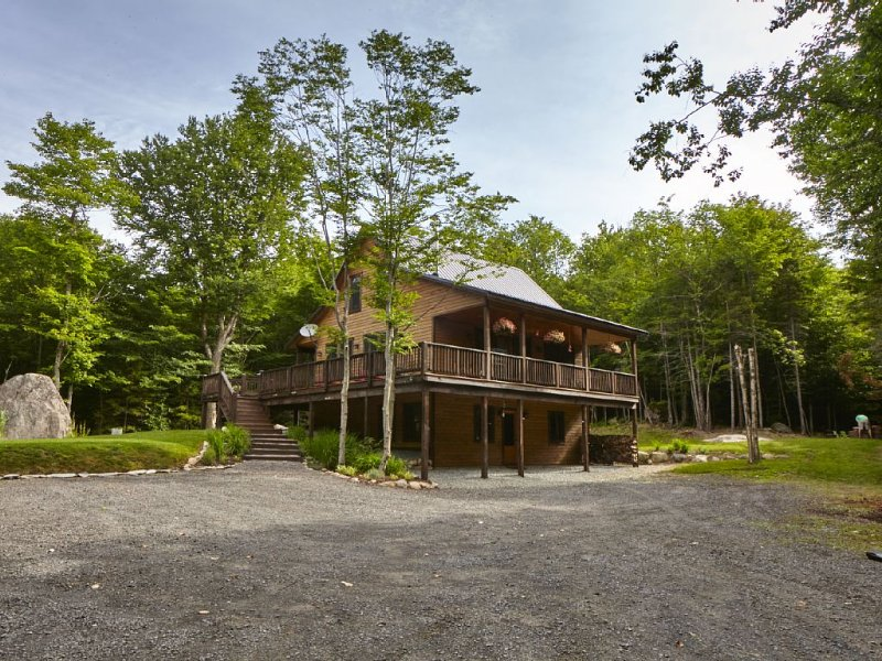 Rock Haven At North Street, Wooded Cabin Retreat In Old Forge, NY, holiday rental in Old Forge