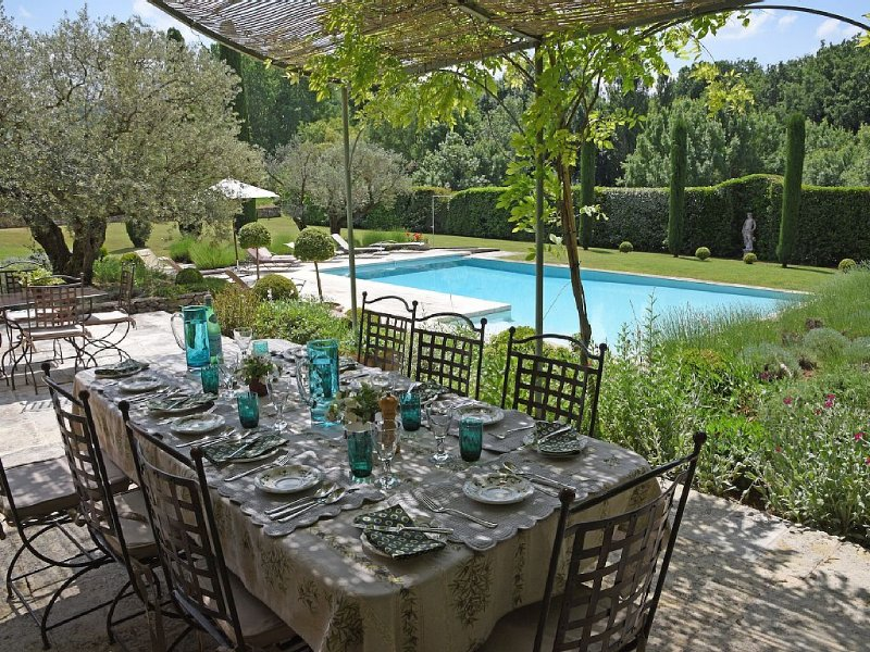 Superb Farmhouse: Tennis, Infinity Pool, Vineyard, Sleeps 10, vacation rental in Bonnieux