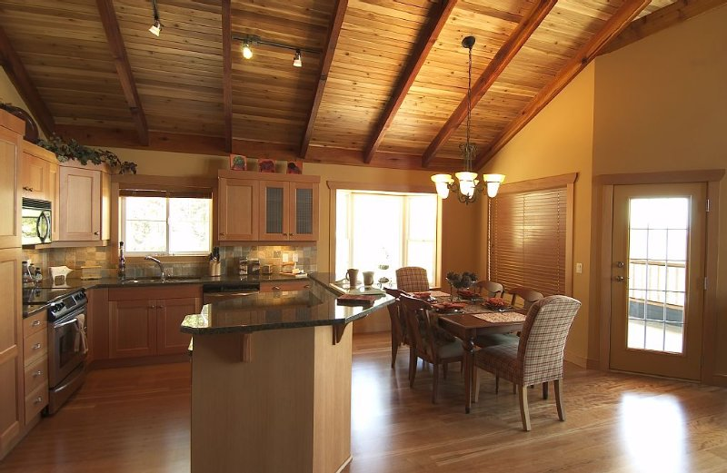 Ultimate Luxury, Slopeside with Steam Shower, Hot Tub, View, vacation rental in Okanagan Valley