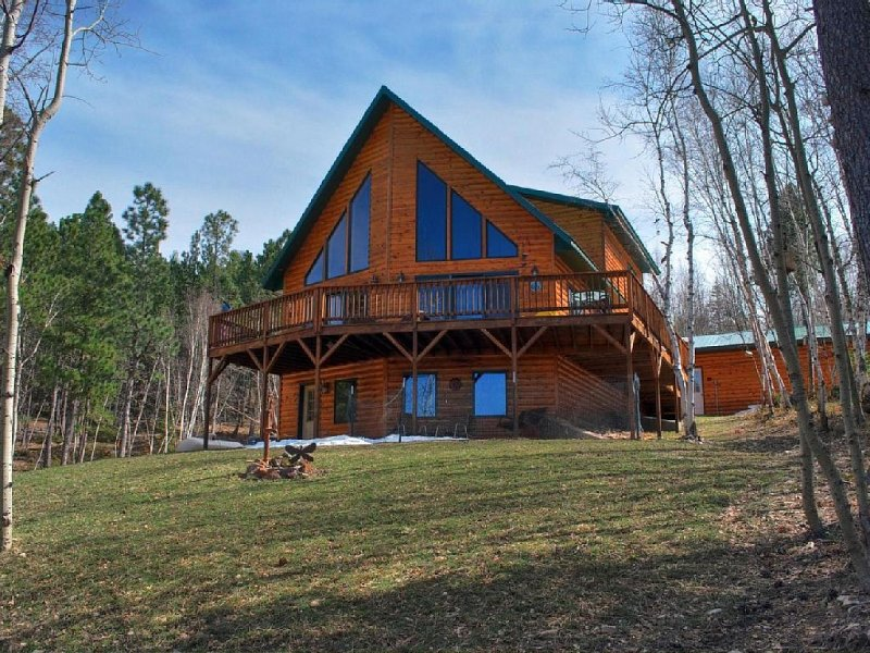 5 Star Lodge in the Heart of the SD Black Hills accommodates up to 18 people!, holiday rental in Lead