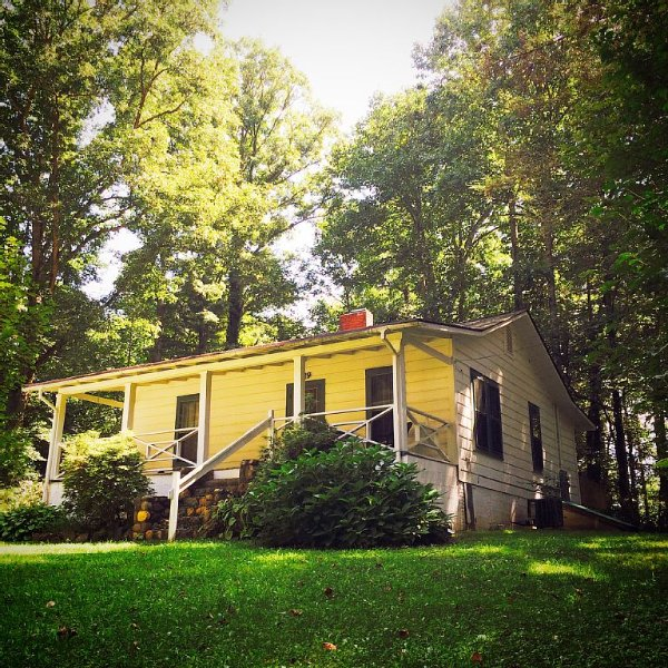 Cozy Cottage in the heart of the Blue Ridge Mountains, vacation rental in Brevard