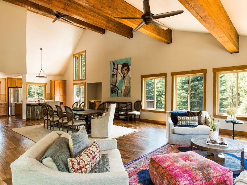 5 BR Luxury family Lodge with hot tub, garden, great family room, all amenities!, holiday rental in Truckee