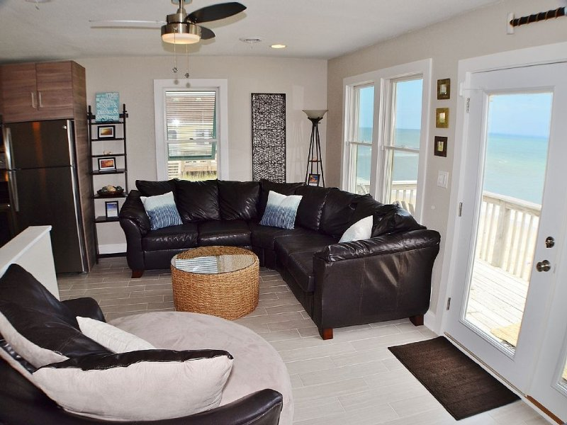 OCEANFRONT 2 BR House - Gorgeous & Newly Renovated!  Perfect Beach House �!, location de vacances à Kitty Hawk