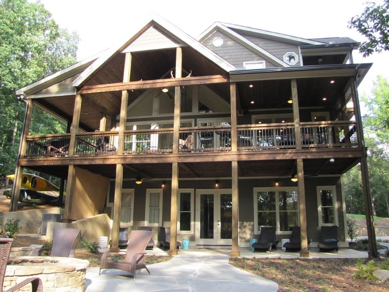 Waterfront Lodge 16 beds, private dock, designed for corporate/family gatherings, vacation rental in Hartwell