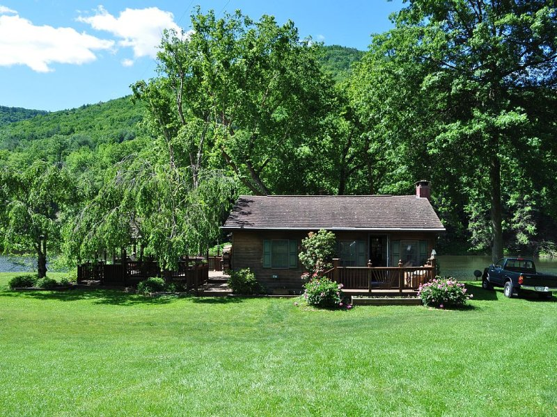 Your Get away in a Modern Creekside  Cottage on Pine Creek & Rail Trail, holiday rental in Renovo