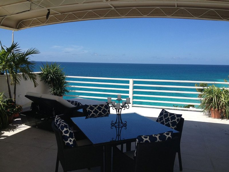 Oceanfront Spectacular Penthouse W/Spacious Rooftop Terrace, Cupecoy Beach, aluguéis de temporada em St-Martin/St Maarten