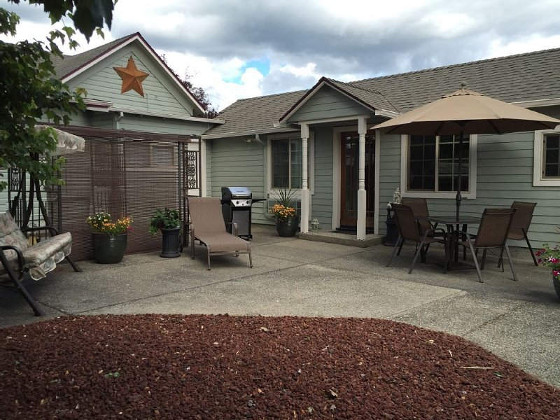 Elegant 1 bedroom, 1 bath bungalow w/ large courtyard & off street parking., holiday rental in Rogue River