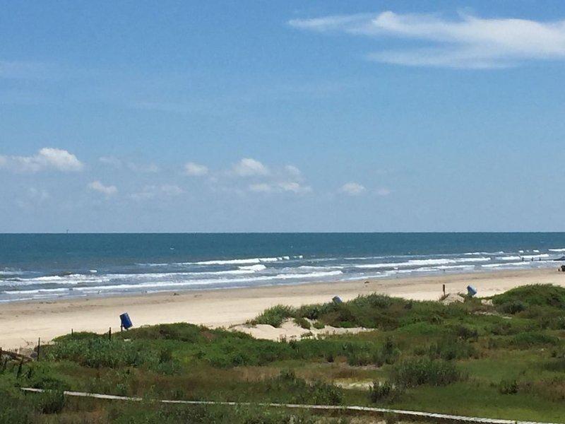 Strand, sanddyner och blått vatten havsutsikt
