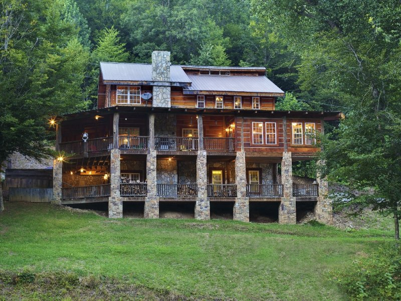 NOV 17-21 Cancelled !  Asheville NC Private Rustic Ski Lodge Sleeps 15, holiday rental in Flag Pond