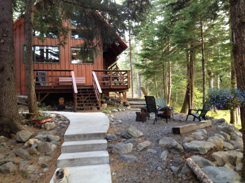 Conveniently Located -- Peaceful Chalet w/mountain views, firepit, gas BBQ, holiday rental in Girdwood