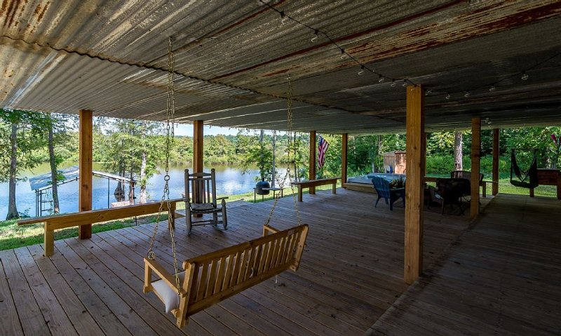 The only VRBO on the North end of Toledo Bend. Cabin with lakefront access, casa vacanza a Center