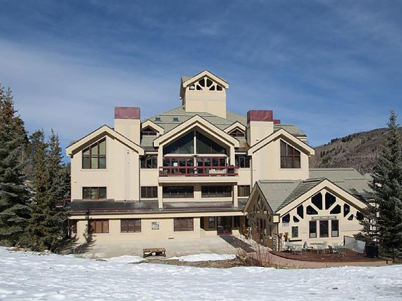 Beaver Creek TRUE Ski-in Ski-out! Beautiful in the Summer as Well (A/C in unit)!, location de vacances à Beaver Creek