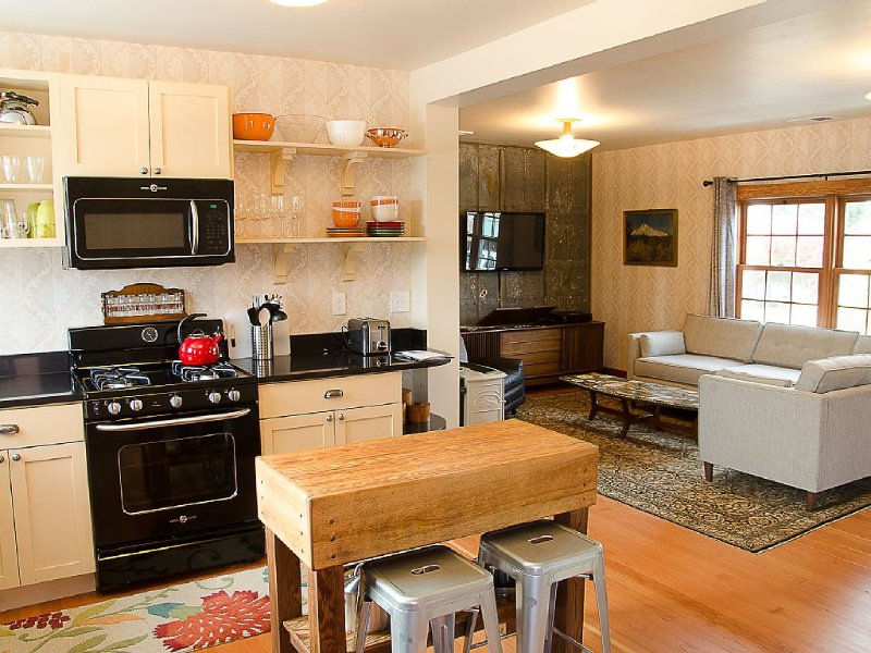 A Handsome Newly Remodeled Vintage Inspired Apartment In Downtown Newberg, OR, holiday rental in Newberg