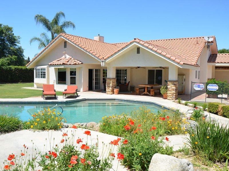 Bright and Beautiful Pool Home, alquiler vacacional en Bakersfield