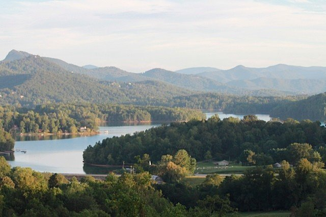 Deck, view, hotub, grill, stars.. Lake Chatuge and the Smokies - its all here !, aluguéis de temporada em Hayesville