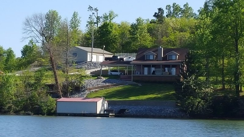 Main Channel Lake Guntersville waterfront home with beautiful view & deep water., holiday rental in Grant