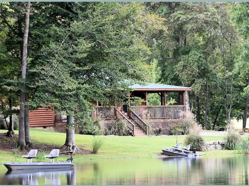 Private Catch & Release Lake—Boat Rental Included! Close to Lake Cumberland!, alquiler de vacaciones en Russell Springs