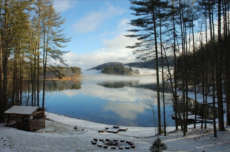 Large Lakefront Cabin with Dock, location de vacances à Jackson County