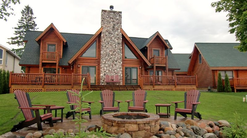 Straits of Mackinac Log Lodge - Mackinaw City - SLEEPS 8 MAXIMUM, holiday rental in Cheboygan County