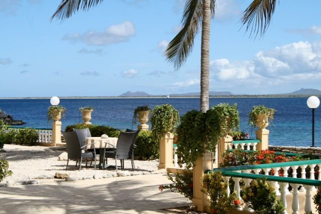 Stunning Oceanfront & Ocean Access 2 bedroom(5 sleeps) ground-floor condo, aluguéis de temporada em Bonaire