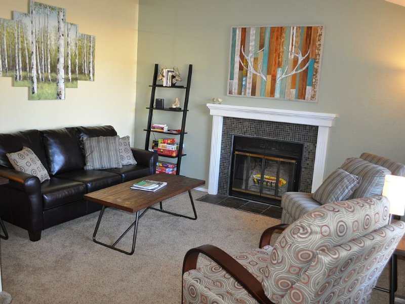 Family-Friendly 3 BR House - Short Walk to Downtown Louisville, Trails & Park, holiday rental in Broomfield