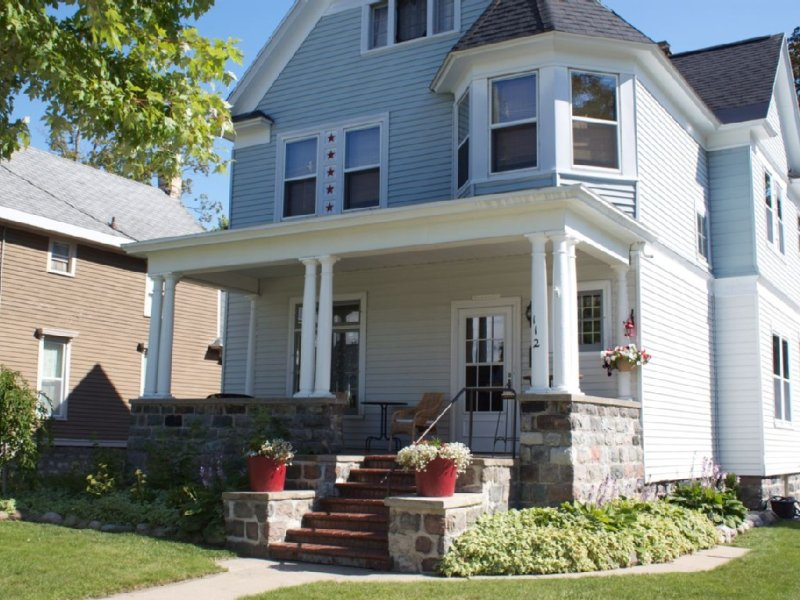 Victorian in Historic Downtown Petoskey - Multi-Family Ready!, holiday rental in Petoskey