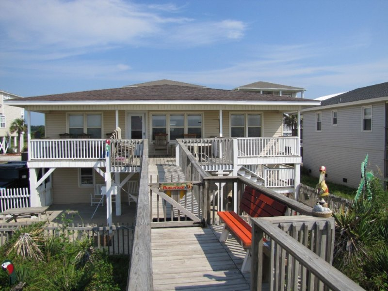 OCEANFRONT PROPERTY with private beach access. Gorgeous sunrise and sunset views, vacation rental in Ocean Isle Beach
