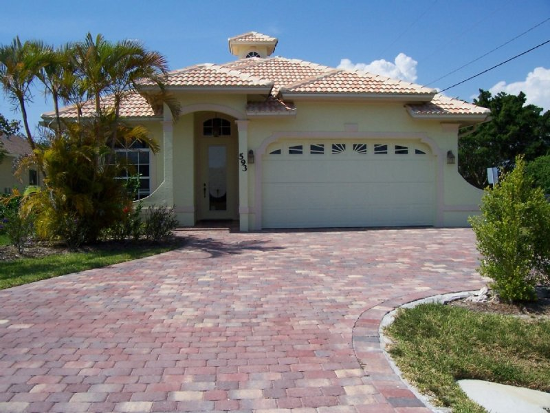 Gorgeous!! Walking Distance From The Beach, holiday rental in Naples Park