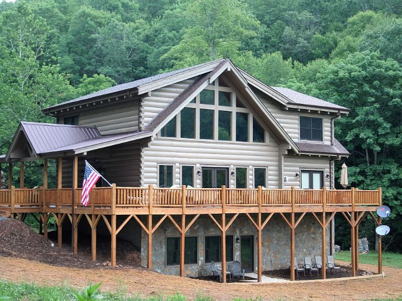 Glade Meadow -New 4 Bedroom, 4.5 Bath, Rustic Industrial Log Home, Pet Friendly, vacation rental in Old Fort