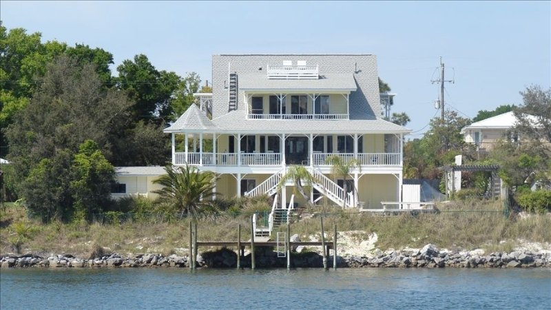 Perdido House - Your Home Away with Private Pool and Dock, location de vacances à Perdido Key