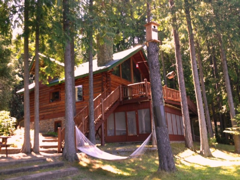 LAKE FRONT Log Home - Private Beach  - GLAMPING in comfort, holiday rental in Troy