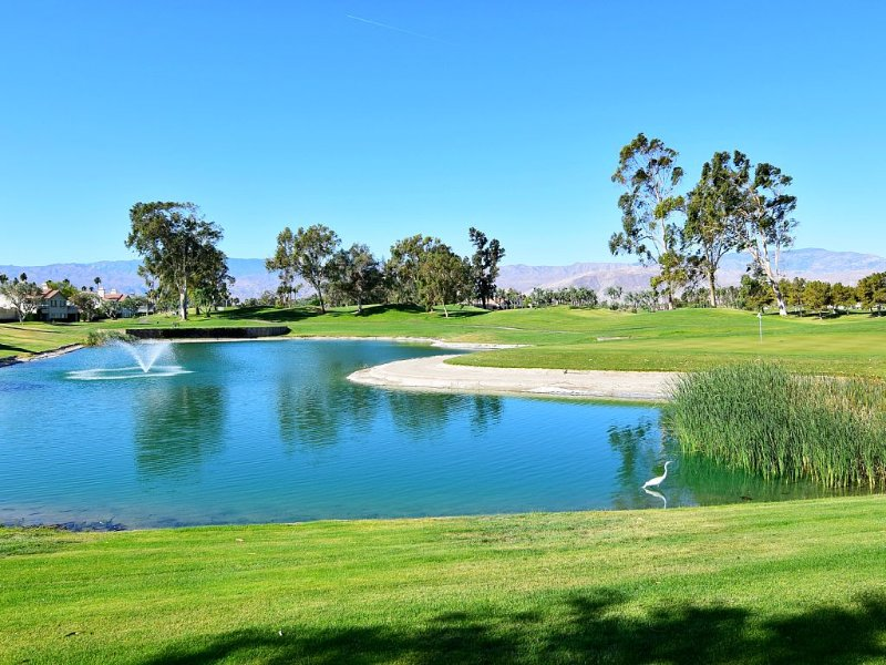 Lake Front On The Golf Course !!! No taxes for stay of 27 nights or longer., alquiler de vacaciones en Palm Desert