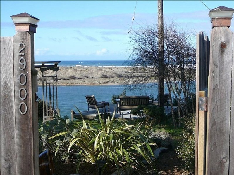 Spectacular Oceanfront with Ocean, River And Sand Dune Views!, location de vacances à Mendocino County