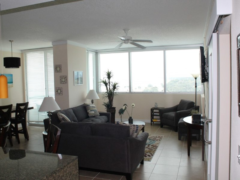 Beautiful Condominium Steps to the Beach – semesterbostad i Biloxi