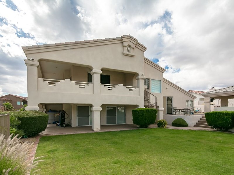 Luxurious 5 Bedrooms Plus Den, 3 Bath, Pool, Spa, Covered Bbq Area & Pool Table, casa vacanza a Lake Havasu City