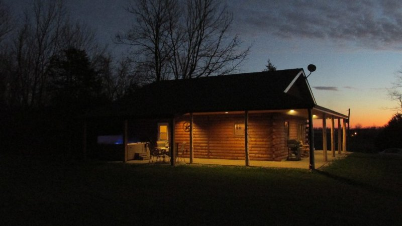 Secluded Rental Cabin on Southern Illinois Wine Trail, Private Hot Tub, holiday rental in Cobden