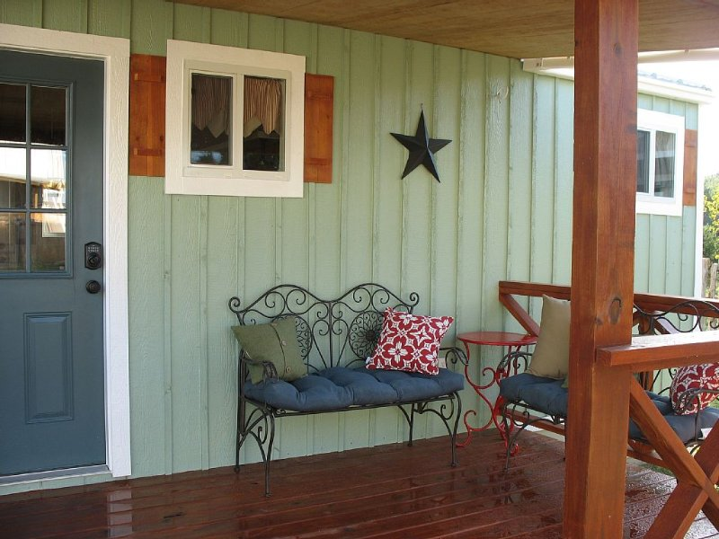 SWEET HILL COUNTRY CABIN in the PERFECT location; easy access! Sleeps 4-6!, vacation rental in Dripping Springs