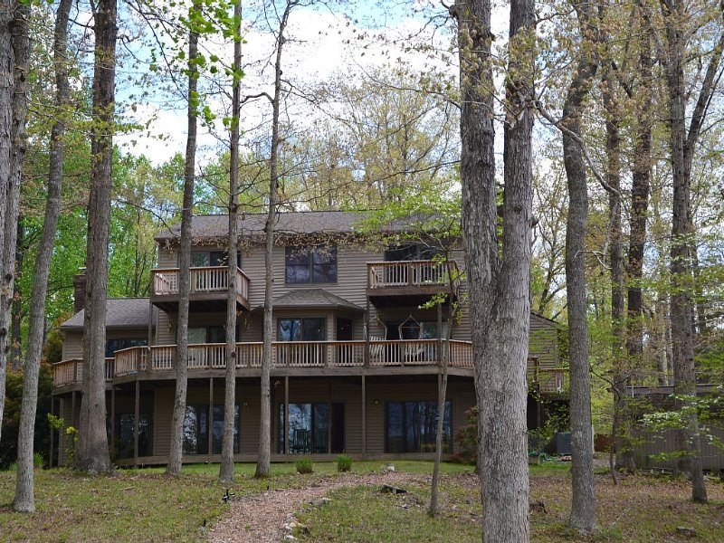 Lake Anna, PUBLIC Side, Waterfront, Cove, 4,900' home, 5 BD, 3+ BA, 1,600' Dock, holiday rental in Mineral