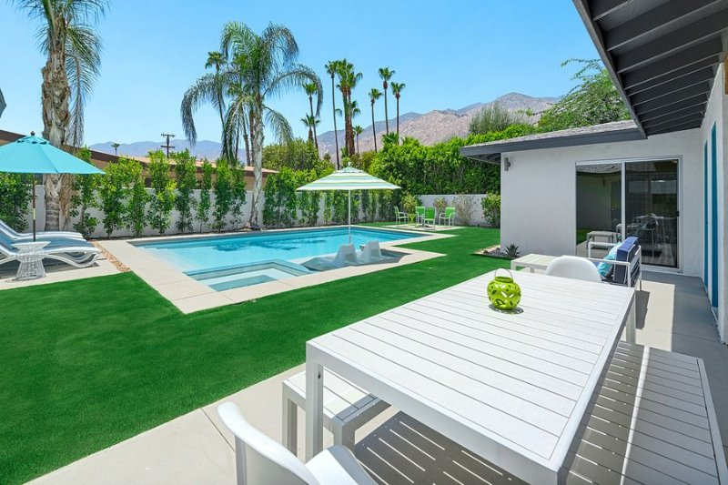 Orangetini Mid-Century Hollywood Regency Style Retreat! Last Minute Specials! – semesterbostad i Palm Springs