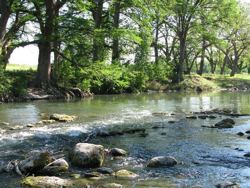 Hügelland Haven...Luxury Condo on the Beautiful Guadalupe River!, aluguéis de temporada em New Braunfels