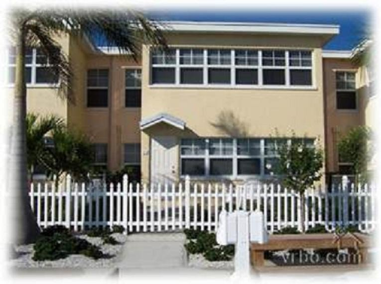 Waterfront 2 BR - Watch the Dolphin Play-King Size Bed-M. Bd., holiday rental in Indian Rocks Beach