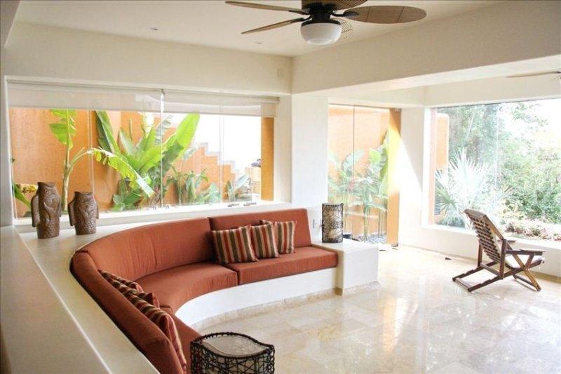 NEW LUXURY CONDO !! 2 or 3 Bedrooms, 3.5 Baths or BIG STUDIO APT., aluguéis de temporada em Petatlan