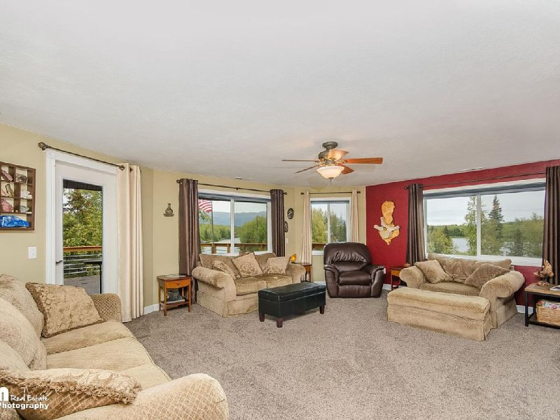 Spacious Private Lakefront Home - Perfect For Families and Corporate Rentals, vacation rental in Wasilla